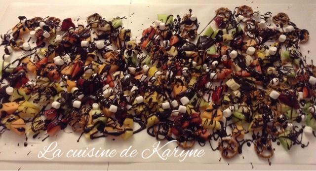 J Adore Cette Façon De Manger La Fondue Au Chocolat On étend Un Papier Parchemin Sur Longueur Table Dispose Nos Fruits Et Coule Le