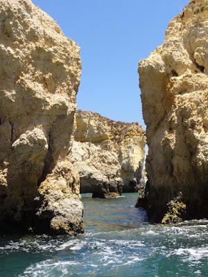 Turbulent vann mellom to klipper.