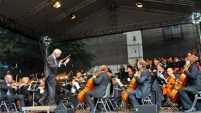 Das Markgräfler Symphonieorchester mit seinem Dirigenten Uwe Müller-Feser sorgte für unterhaltsame Stunden.