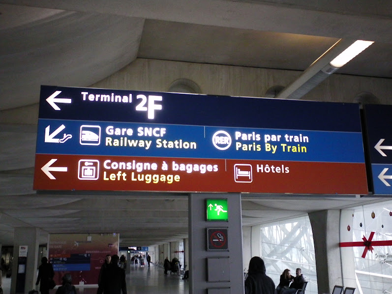 указатель в аэропорту Шарль де