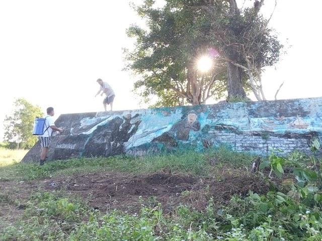 DLHD Tanah Bumbu Bersihkan Monumen Benteng Pagatan