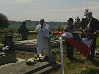 45 Balyo Ödön (1900-1984) vasutas, rimaszécsi lakos sírjánál, aki megvette az elkobzott mezőkövesdi zászlókat 1944-ben a szovjet katonától.jpg