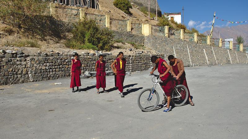 Kee gomba, si calugari invatacei curiosi sa dea o tura cu bicicletele noastre. Si desi nu am vazut prea multe biciclete prin satele din zona toti stiau sa isi tina cat de cat echilibrul in sa.