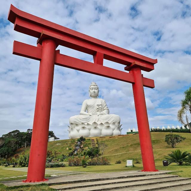 Buda Gigante e Portal Torii no Mosteiro Zen Budista em Ibiraçu.