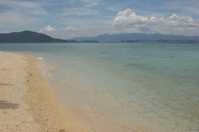 Pulau Gaya et le Mont Kinabalu depuis Pulau Manukan (Sabah), 20 août 2011. Photo : J.-M. Gayman