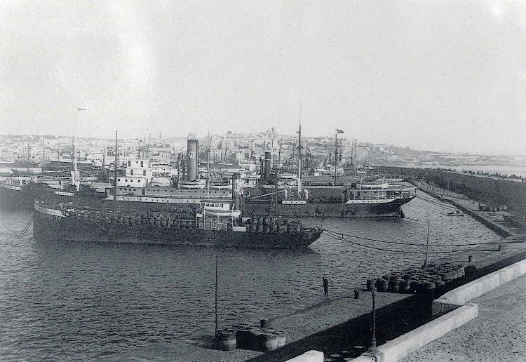 El vapor DANIELITO en el puerto de Tarragona. Al fondo el vapor JOSE TAYA. libro Guia Cataleg de L´Archiu Fotografic del Port de Tarragona.JPG