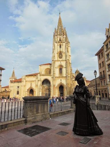 Estatua de La Regenta con la Catedral de Oviedo al fondo