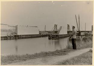 Photo: 1939 Net vóór de Tweede Wereldoorlog was de brug over rivier de Mark bij het Nieuw Veer klaar. Tijdens de oorlog lagen de werkzaamheden aan de nieuwe Rijksweg stil en werd de brug enkel voor lokaal verkeer gebruikt. Op 25 oktober 1944, vier dagen vóór de bevrijding van Beek, werd ze door de Duitsers opgeblazen. De brug is daarna weer herbouwd