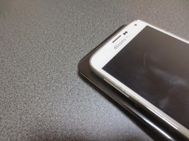 Zenfone2の上にGalaxy S5を置くとこんな感じ
