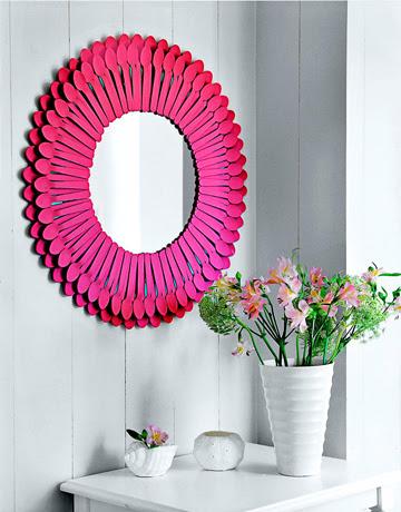 espelho com colheres rosas
