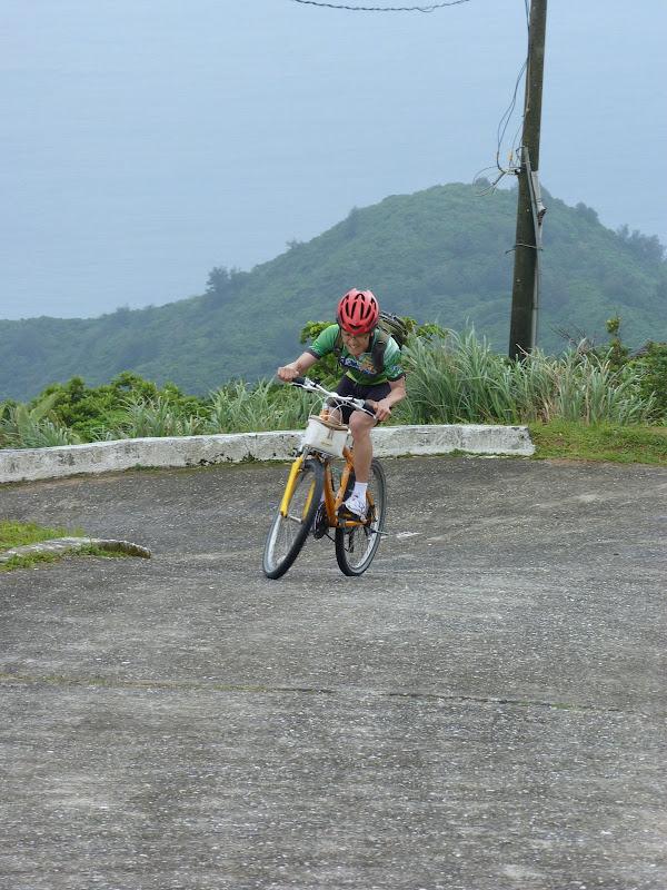 il fait le tour de Taiwan en vélo,y compris les iles...Bravo car cela monte sec