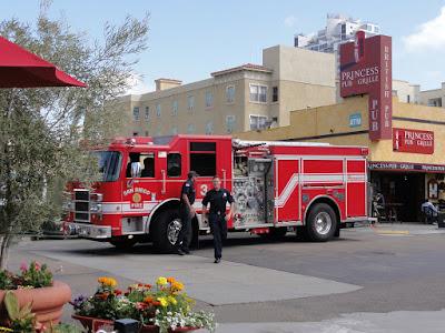 Brannmenn som går ut av en brannbil.