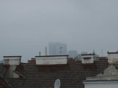 Nebelschwaden über dem Wienerberg, durch den Regen ist die Sicht nur eingeschränkt