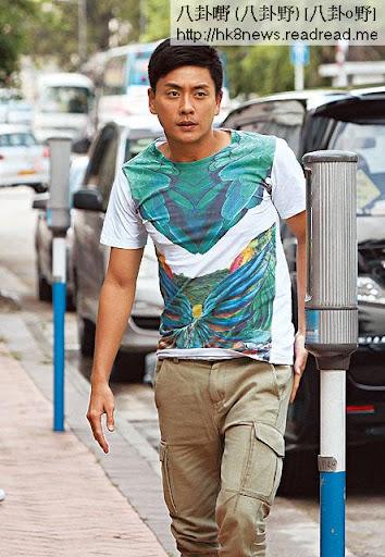 黃宗澤昨日在九龍塘為新劇開工,雖然刻意著上花 T恤,不過情緒低落的他,一直愁眉深鎖。
