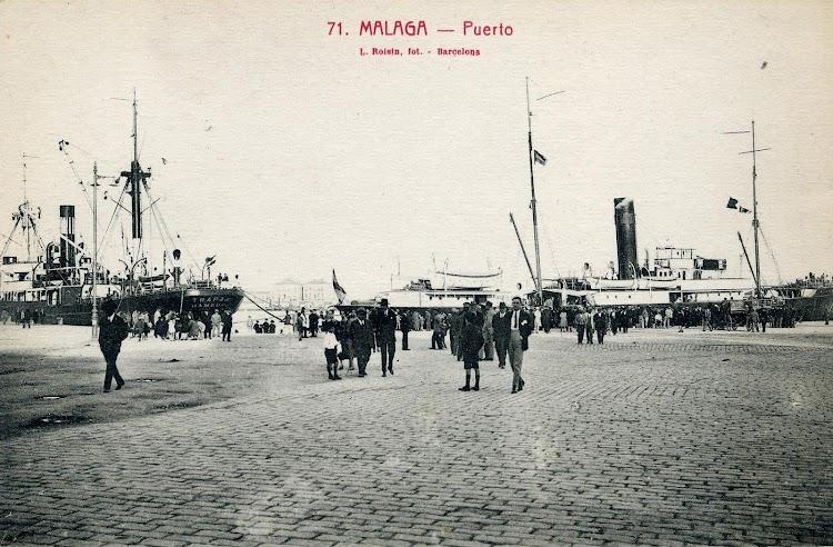 Postal que muestra el puerto de Malaga sobre 1922 con el REINA VICTORIA en sus labores de correo maritimo.JPG