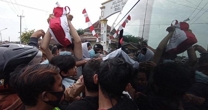 Jokowi Lemparkan Kaos Saat Melintas di Cirebon, Warga Sampai Harus Mengambilnya di Selokan Berlumpur Hitam