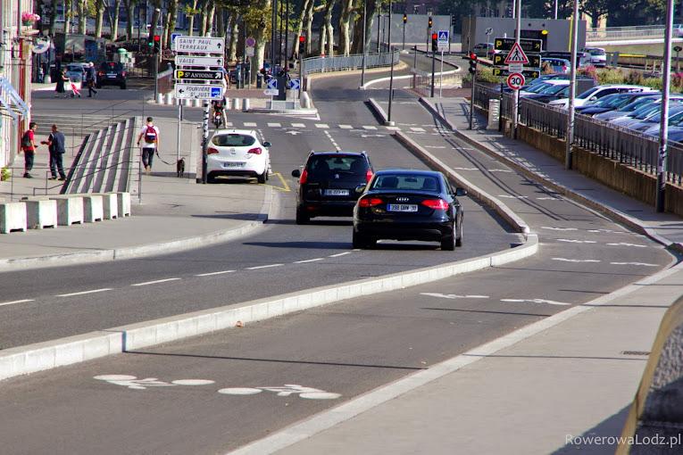 Przestrzeń dla rowerzystów oddzielona jedynie krawężnikiem.