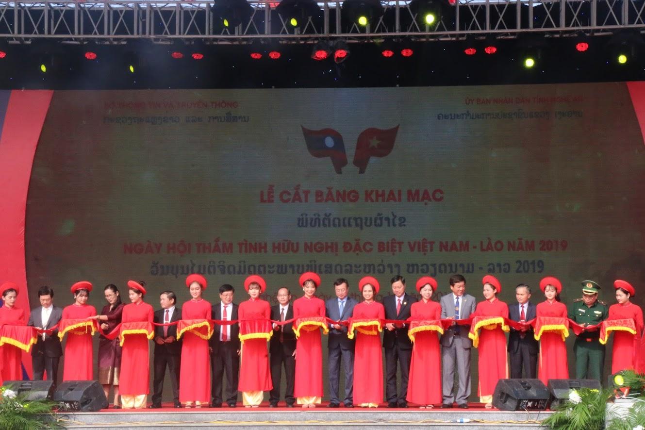 """Các đại biểu cắt băng khai mạc """"Ngày hội thắm tình hữu nghị đặc biệt Việt Nam- Lào"""" năm 2019"""