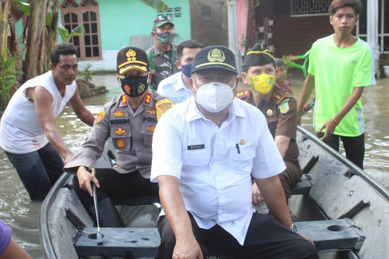 Kapolres Sergai Dampingi Gubsu dan Pangdam I BB Berikan Bansos Korban Bencana Banjir