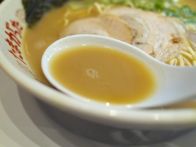 褐色のスープをレンゲですくってみた