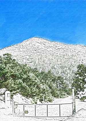Desde el Puerto de Fuenfría asoma la cumbre de Montón de Trigo en la Sierra de Guadarrama.