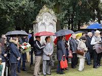 15 - Az eső ellenére sokan voltak a temetőben.JPG
