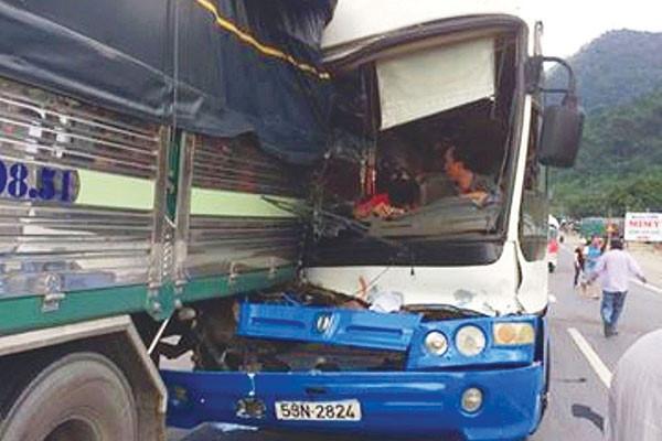 Hiện trường vụ tai nạn xe tải cứu xe khách