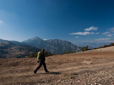 Caminant entre els camps de patates, amb la Serra de Turp al fons