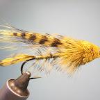 6. Z zabarwionej na żółto zimowej sierści sarny wykonuję dużą główkę typu muddler.