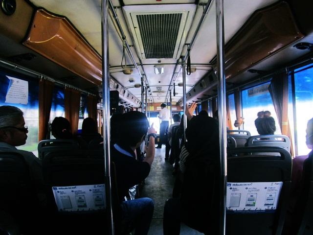 Berkeliling mengunjungi tempa t wisata di bangkok dengan bus murah
