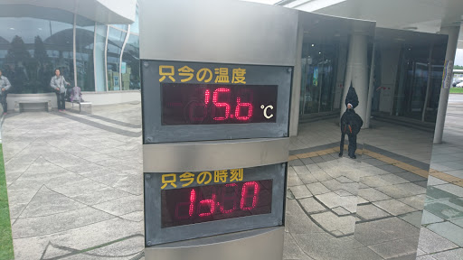 [写真]空港にあった温度計は15.6℃