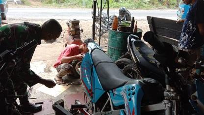 Terlambat ke Lokasi Pembangunan Fisik TMMD Disebabkan Motor Rusak