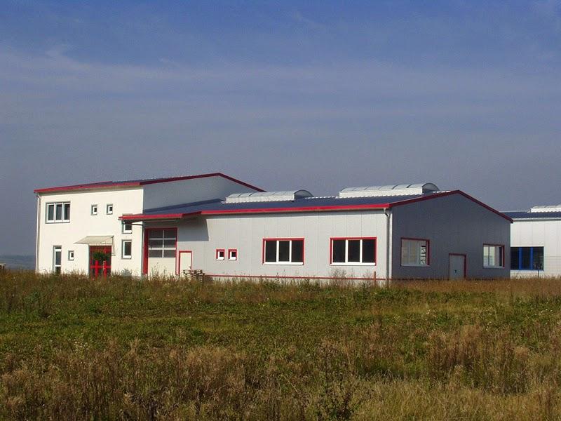 Gewerbehalle mit Bürogebäude