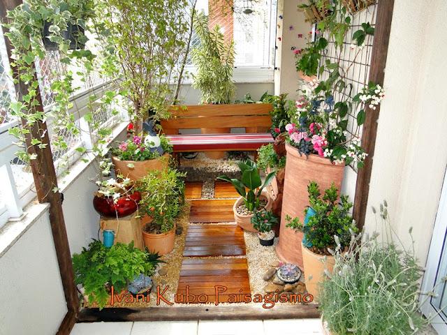 mini jardim de parede:As ferramentas de jardim ficam num painel preso à parede da varanda e