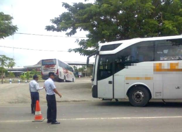 Bus Patas yang terbiasa menaikkan-menurunkan penumpang di terminal bayangan, kini mulai tertib masuk ke Terminal Kertonegoro