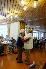 Photo: Frau Schaub immer hilfsbereit auch beim Tanzen zur Freude der Tanzwilligen Heimbewohnerinnen