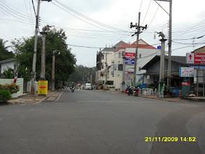 Photo: Hier rechts rum führt die Krabi Road aus der Stadt raus