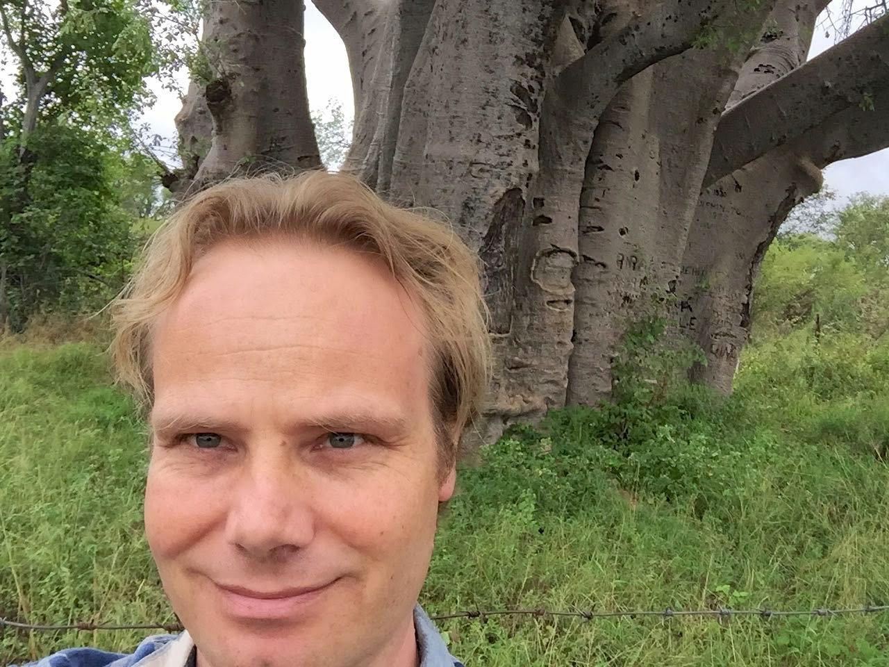 Bij de grote baobab boom