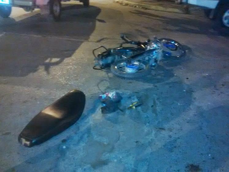 Fuerte choque de moto a camioneta dejó a un menor muy lastimado