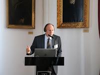 29 Gerstner Károly nyelvész, tudományos főmunkatárs A magyar nyelv szótára bemutatása közben.JPG