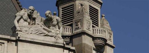 Bruselas Valonia: grupo escultórico en el tejado de un edificio antiguo