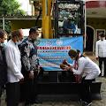 Bupati Indramayu Serahkan Satu Unit Excavator Untuk Petambak Ikan Di Pasekan