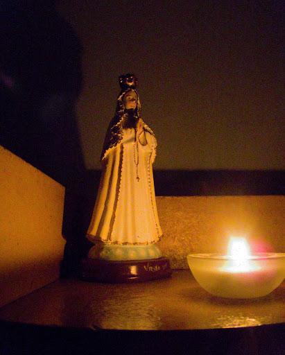 Foto de la virgen del valle a la luz de una vela
