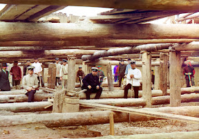 Кладка цемента для шлюза плотины в 1912 году. Рабочие и прорабы позируют для фото, на минуту прервав приготовления к разливу цемента для основания шлюза плотины через реку Ока, недалеко от Белоомута