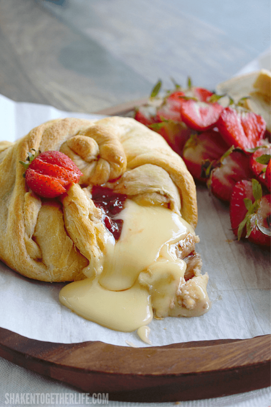 strawberry-jalapeno-baked-brie-melty