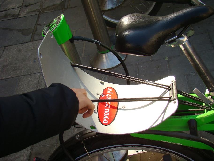 El curioso portaequipajes de la bici pública de Tel-Aviv