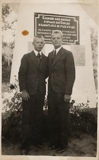 Александр Шувалов и Иван Фаронов (справа) около памятника войнам СЗА в Куремяэ(из личного архива Шувалова А.А.)