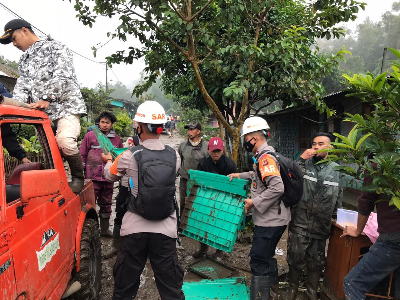 Banjir Bandang di Puncak Bogor, Tim SAR Sat Brimob Polda Jabar Terjun Ke Lokasi