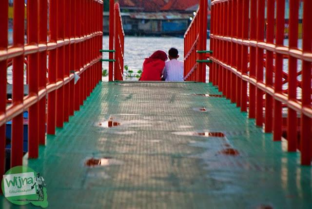 cowo cewek Palembang berjilbab pacaran di Tepian Sungai Musi Palembang tahun 2015