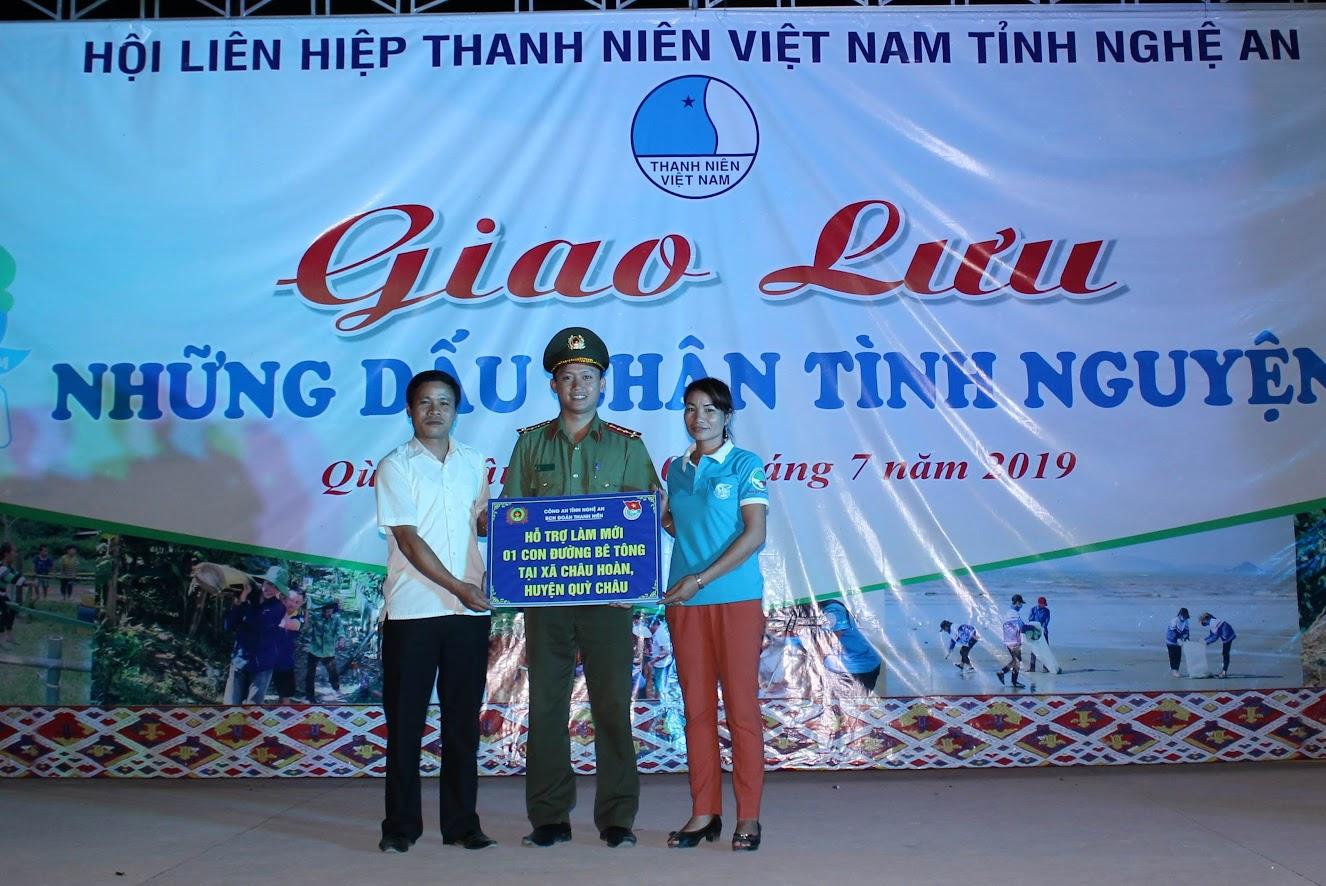 Thanh niên Công an Nghệ An hỗ trợ làm đường bê tông nông thôn